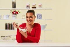 Truskawki łasowania przekąski zdrowie zdrowej diety lunchu kremowy ciężar Obraz Royalty Free