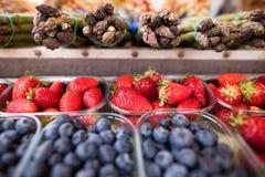 Truskawki, czarne jagody i asparagus, Obrazy Stock