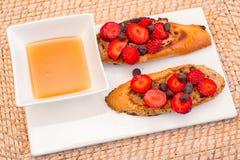 truskawki francuskiej toast zdjęcia royalty free