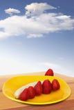 Truskawki I Peeld-Off banan Na koloru żółtego talerzu Zdjęcie Stock