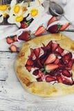 Truskawki, jabłka i bezy galette, Obraz Royalty Free