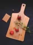 Truskawki na drewnianej cyzelowanie desce Zdjęcie Royalty Free