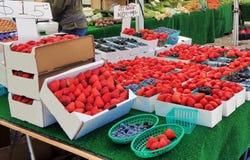 Truskawki na pokazie przy rolnika rynkiem zdjęcie royalty free