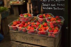 Truskawki na sprzedaży przy owocowym stojakiem Obraz Stock