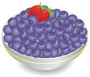 Truskawki z czarnymi jagodami w bielu talerzu Zdjęcie Royalty Free