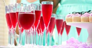 Truskawkowa babeczka i napoje dla miłości zdjęcie stock