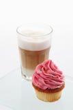 Truskawkowa buttercream babeczka, kawa Zdjęcia Stock