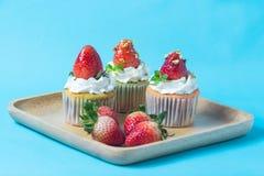 Truskawkowa cupcak polewa z pistacją i śmietanką, selekcyjny foc Fotografia Stock