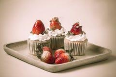 Truskawkowa cupcak polewa z pistacją i śmietanka tworzymy z f Obrazy Royalty Free