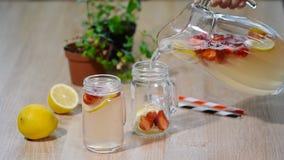 Truskawkowa lemoniada z lodem w kamieniarza słoju na drewnianym stole zbiory wideo