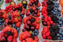 Truskawkowe i mieszane jagody Zdjęcie Stock