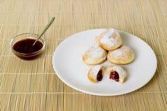 Truskawkowego dżemu donuts Fotografia Royalty Free
