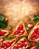 Truskawkowi Ptysiowego ciasta trójboki Obrazy Royalty Free