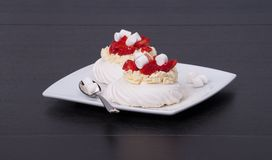 Truskawkowy beza deser Pavlova Fotografia Stock