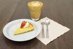 Truskawkowy cheesecake na drewnianym stole Zdjęcia Stock