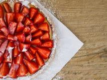 Truskawkowy cheesecake na drewnianym tle Zdjęcia Royalty Free