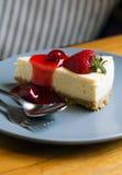 Truskawkowy Cheesecake z łyżką i rozwidleniem Obrazy Stock