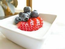 Truskawkowy czarna jagoda jogurt w Białym Ramekin fotografia royalty free
