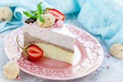 Truskawkowy czekoladowy tort - żywienioniowy cheesecake bez piec zdjęcia stock