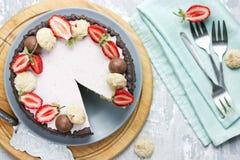Truskawkowy czekoladowy tort - żywienioniowy cheesecake bez piec obraz royalty free