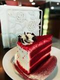 Truskawkowy czerwony aksamitny miłość tort obraz stock