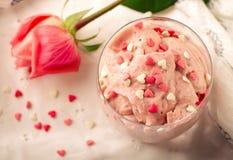 Truskawkowy deser w szkieł i menchii róży, dekorującej z cukrowymi sercami Walentynka dnia tło zdjęcie stock
