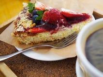 Truskawkowy deser z filiżanką coffe Obraz Royalty Free