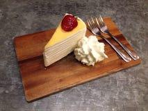 Truskawkowy krepa tort Zdjęcia Stock