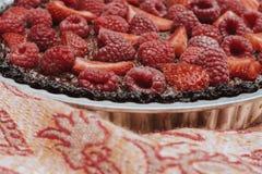 Truskawkowy malinowy czekoladowy tarta wyśmienicie fotografia stock