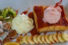 Truskawkowy miodowy grzanka chleb nakrywający z lody, stawberry se Zdjęcia Stock