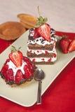 Truskawkowy owocowy tarta i czekoladowa truskawka zasychamy na talerzu Fotografia Royalty Free
