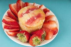 Truskawkowy słodka bułeczka z truskawkami na talerzu obraz royalty free