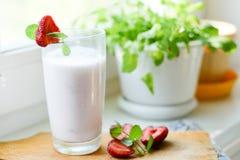 Truskawkowy smoothie lub milkshake w słoju na białym nieociosanym tle, zdrowy jedzenie dla śniadania obraz stock