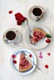 Truskawkowy tarta z czarną herbatą i różami Obrazy Royalty Free