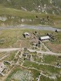Truso村庄鸟瞰图在Kazbegi市附近的登上的 库存图片