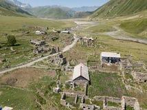Truso村庄鸟瞰图在Kazbegi市附近的登上的 免版税库存照片