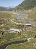 Truso村庄鸟瞰图在Kazbegi市附近的登上的 免版税库存图片