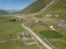 Truso村庄鸟瞰图在Kazbegi市附近的登上的 免版税图库摄影