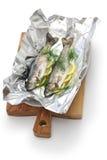 Truta arco-íris inteira cozida na folha & no x28; antes do baking& x29 do forno; imagem de stock
