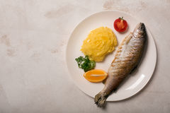 Truta, batata, limão e alho inteiros grelhados, fim acima Imagens de Stock Royalty Free