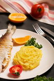 Truta, batata, limão e alho inteiros grelhados, fim acima, orientação vertical Fotografia de Stock