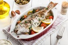 Truta cozida dos peixes com vegetais Imagem de Stock