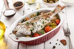 Truta cozida dos peixes com vegetais Fotos de Stock