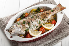 Truta cozida dos peixes com vegetais Foto de Stock Royalty Free