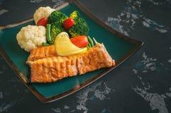 Truta grelhada com vegetais e cal cozinhados fotografia de stock royalty free