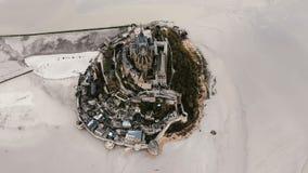 Truteń lata lewą wysokość nad Mont saint michel wyspy forteczny miasteczko podczas niskiego przypływu, epicki historyczny punkt z zbiory