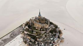 Truteń wolno pochodzi nad Mont saint michel wyspy forteca, sławny Francuski historycznego punktu zwrotnego miasteczko podczas nis zdjęcie wideo