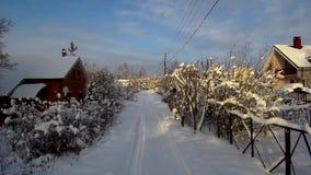 Truteń komarnica nad drogą na zimy chałupy wiosce Las, domy i ścieżka w śniegu, zbiory wideo