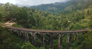 Truteń lata backwards i wzrasta wyjawiać breathtaking panoramicznego widok z lotu ptaka Dziewięć Bridżowy Ella w Sri Lanka łuk zbiory wideo