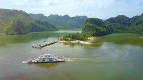 Truteń Lata Blisko do promu omijania nabrzeżem przy wyspą w zatoce zdjęcie wideo